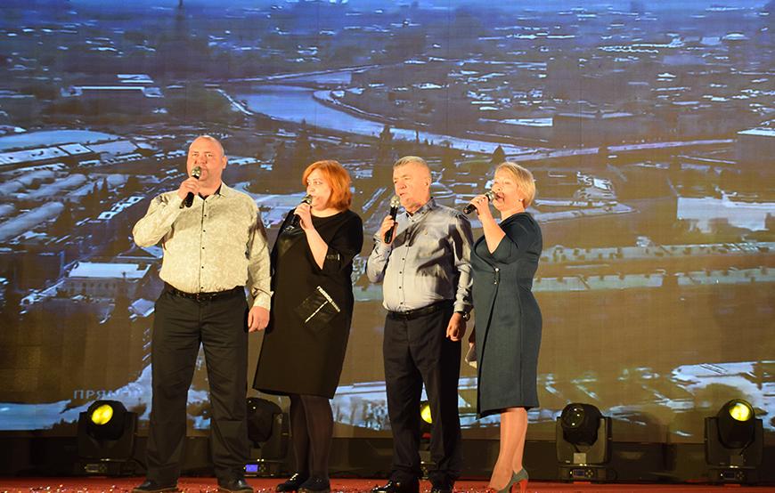 俄罗斯员工在年会献唱